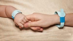 руки малыша и его мамы