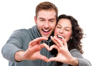 парень и девушка делают из рук сердце