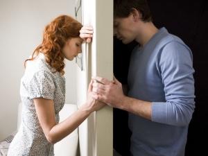 парень и девушка стоят возле стены