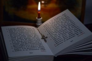 библия, свеча и крестик