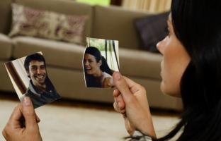 девушка смотрит на порванное фото