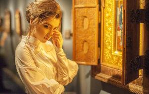 девушка у икон