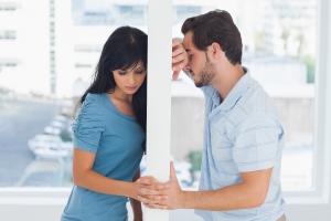 мужчина и женщина стоят через стену