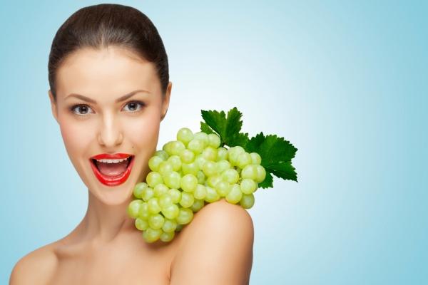 женщина с зеленым виноградом