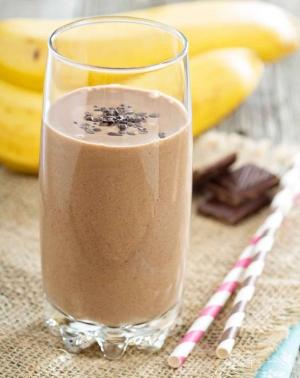 шоколадный напиток в стакане и бананы