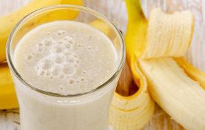 напиток из молока с бананом