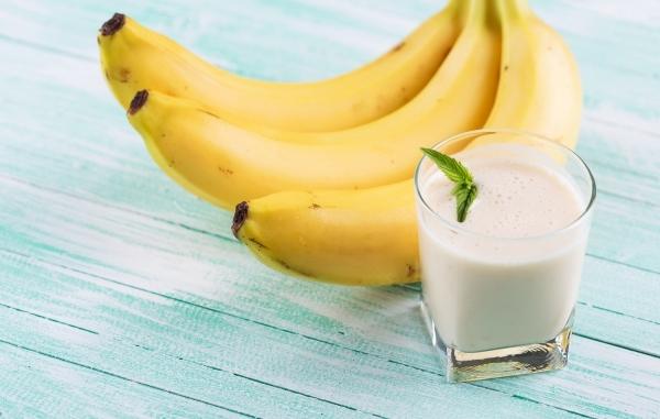 стакан молока и ветка бананов