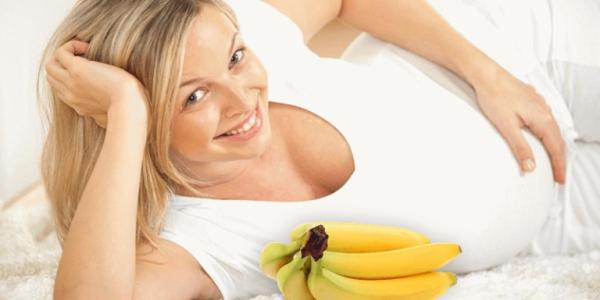 беременная женщина и ветка бананов