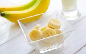 кусочки банана в стеклянной пиале