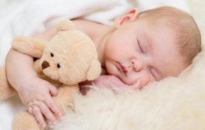 спящий младенец с мишкой
