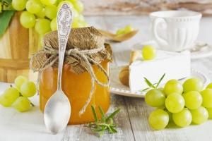 баночка варенья, виноград и чашки