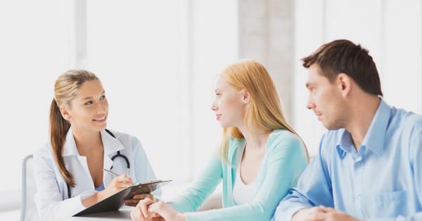 врач и пара что-то обсуждают