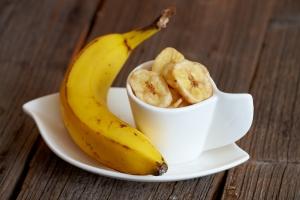 свежий банан и сушеный