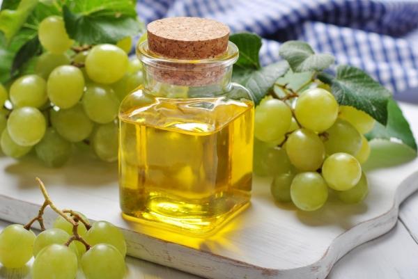 виноград и бутылочка с маслом
