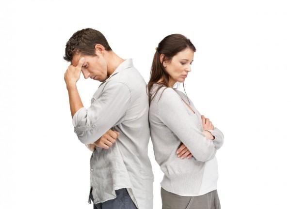 парень и девушка стоят спинами друг к другу