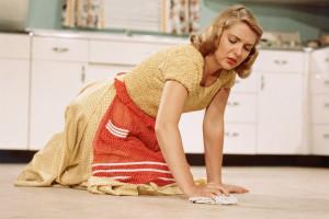 женщина моет пол