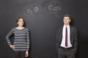 женщина и мужчина на фоне черной стены