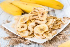 сушеные бананы на тарелке