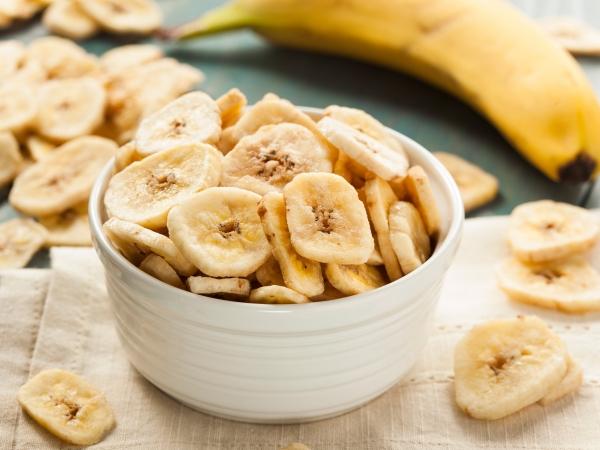 нарезанные сушеные бананы в тарелке