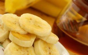 кусочки банана и мед