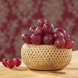 красные ягоды винограда на тарелке