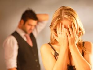девушка плачет, закрыв лицо руками