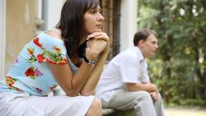женщина и мужчина сидят на крыльце