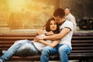 парень с девушкой на лавке
