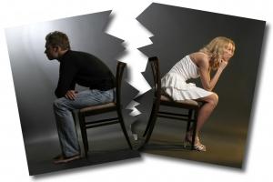 мужчина и женщина сидят на стульях спинами друг к другу