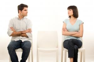 мужчина и женщина сидят на табуретках