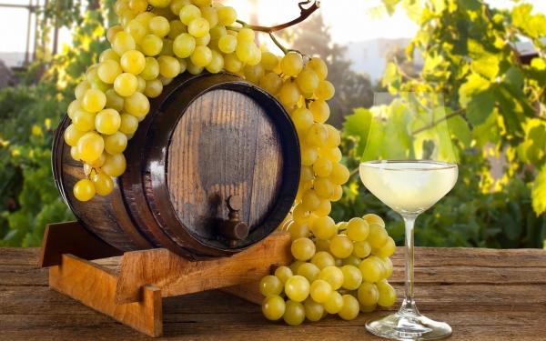 белый виноград, бочка и бокал с вином