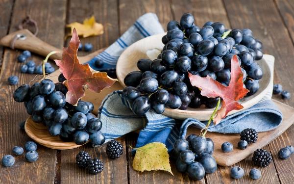 черный виноград, черника и ежевика