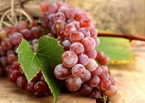 красный виноград с листьями