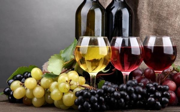 бокалы, вино и виноград