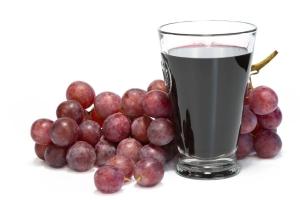 сок из красного винограда в стакане