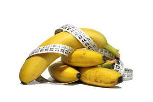 ветка бананов и сантиметр