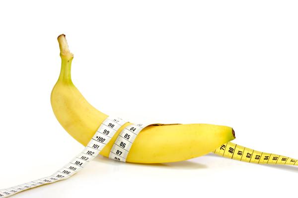 банан с сантиметром на белом фоне