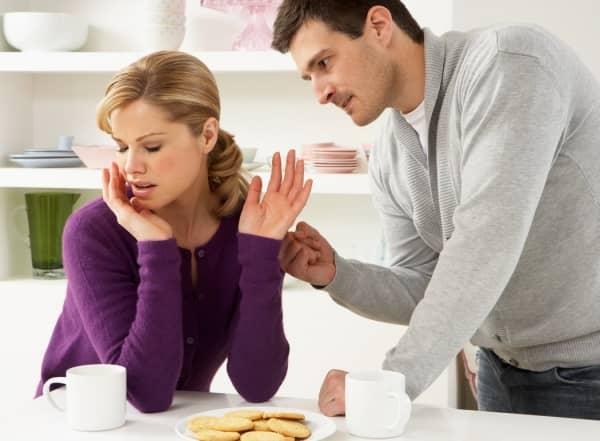 мужчина ссорится с женщиной