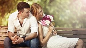 парень с девушкой сидят на лавке