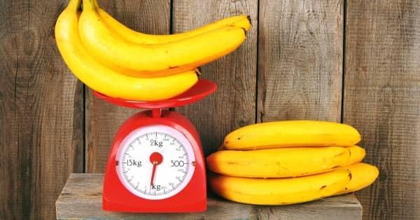 желтые бананы на красных весах