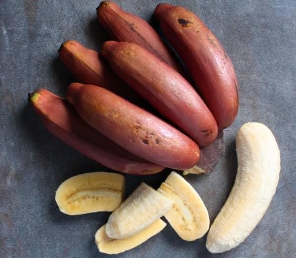 очищенный красный банан