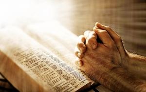 руки лежат на библии