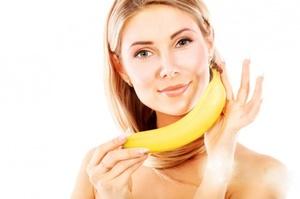 девушка держит банан