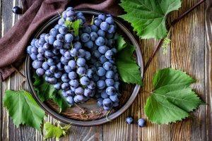 синий виноград на блюде