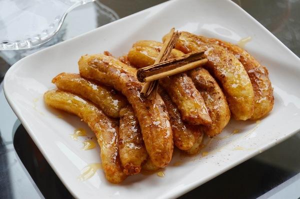 жаренные бананы на тарелке