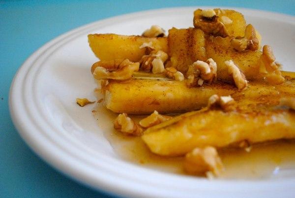 жареные бананы с орехами