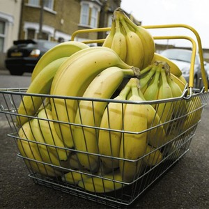 ветки бананов в металлической корзине