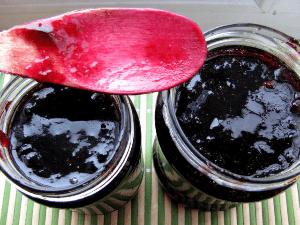 варенье из винограда в банках с красной ложкой