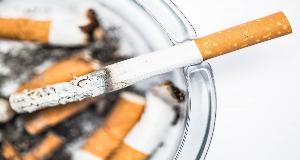 тлеющая сигарета в пепельнице