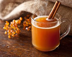 горячий чай из облепихи в стеклянной кружке, мешковина